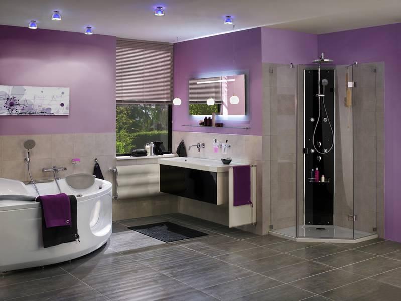 Die bläulich violette farbe der downlights passt in das farbkonzept